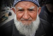 Köşe Yazısı | Sakalından Sürüklenen Baba – Zeynep Turanlı