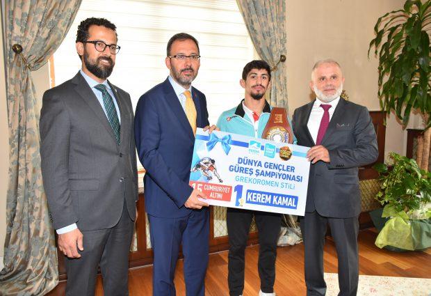 Dünya Şampiyonu Pendikli Güreşçiye Bakan'dan Ziyaret