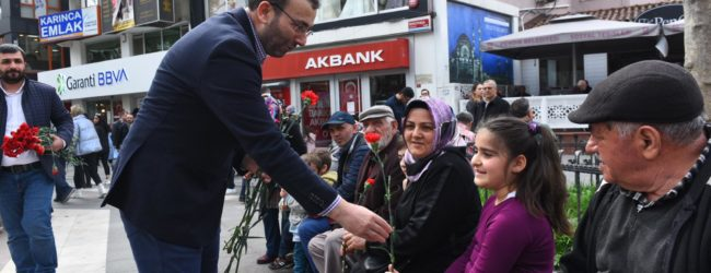 Başkan Ahmet Cin Kadınlar Gününde Çiçek Takdim Etti